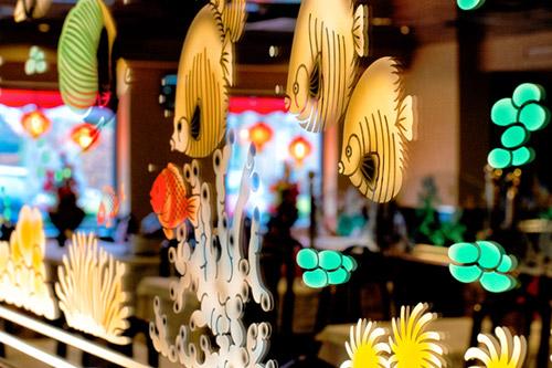 Vissen op glas in het restaurant